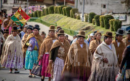 Traditionella kvinnor Cholitas i typisk kläder under 1st av Maj den arbets- dagen ståtar - La Paz, Bolivia Royaltyfri Bild