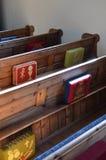 Traditionella kyrkbänkar i en engelsk kyrka Arkivbild