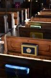 Traditionella kyrkbänkar i en engelsk kyrka Royaltyfria Bilder