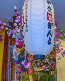 Traditionella lampor för Shintoism, Osaka, Japan arkivfoto