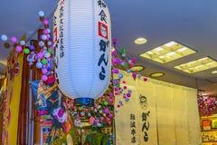 Traditionella lampor f?r Shintoism, Osaka, Japan arkivfoto
