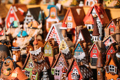 Traditionella leksaker för litet hus för souvenir på den europeiska marknaden Rolig souvenir från Tallinn, Estland, Royaltyfria Foton