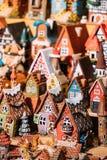 Traditionella leksaker för litet hus för souvenir på den europeiska marknaden Rolig souvenir från Tallinn, Estland, Royaltyfri Fotografi