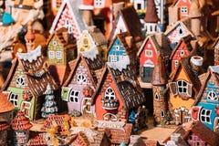 Traditionella leksaker för litet hus för souvenir på den europeiska marknaden roligt Fotografering för Bildbyråer