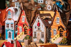 Traditionella leksaker för litet hus för souvenir på den europeiska marknaden roligt Royaltyfria Bilder