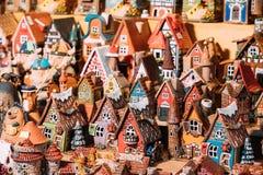Traditionella leksaker för litet hus för souvenir på den europeiska marknaden roligt Royaltyfri Foto