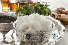 Traditionella marockanska bunkar med socker, mintkaramellen och te Arkivfoton