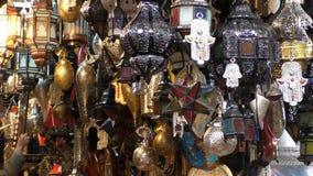 Traditionella marockanska hantverkareljus och lyktor på marknaden stock video