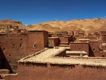 Traditionella marockanska lerahus med de plana taken, de höga leraväggarna och de lilla fönstren i klyftan för kartbokberg Arkivbild