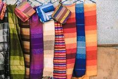 Traditionella marockanska scarves och sjalar på en shoppa i Ouarzazate arkivbild