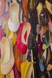 Traditionella marockanska skor i en basar av Fez Arkivbild