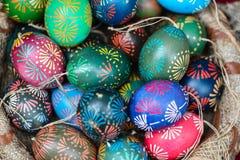 Traditionella målade östliga ägg i hemslöjdmarknaden Kaziukas, Vilnius, Litauen Royaltyfria Bilder
