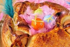 Traditionella mona de pascua som är typisk i Spanien, en kaka med kokt Royaltyfri Foto