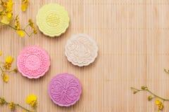 Traditionella mooncakes på tabellen med copyspace Arkivfoto
