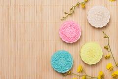 Traditionella mooncakes på tabellen med copyspace Arkivbild