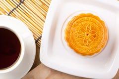 Traditionella mooncakes på tabellinställning Arkivbild