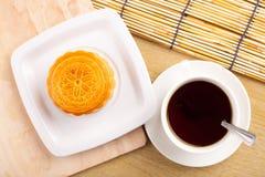 Traditionella mooncakes på tabellinställning med tekoppen Royaltyfri Fotografi