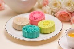 Traditionella mooncakes på tabellinställning Snöig hudmooncakes CH Arkivfoton