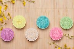 Traditionella mooncakes på tabellinställning Snöig hudmooncakes CH Royaltyfri Fotografi