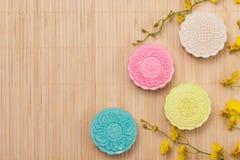 Traditionella mooncakes på tabellinställning Snöig hudmooncakes CH Royaltyfri Bild