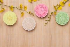 Traditionella mooncakes på tabellinställning Snöig hudmooncakes CH Royaltyfria Foton