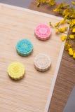 Traditionella mooncakes på tabellinställning Snöig hudmooncakes CH Arkivbild