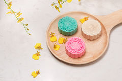 Traditionella mooncakes på tabellinställning Snöig hudmooncakes CH Royaltyfri Foto