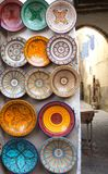 Traditionella moroccan souvenir på souk i Essaouira, Marocko, Af Royaltyfri Foto