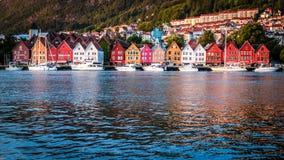 Traditionella norska hus på Bryggen, en plats för UNESCOvärldskulturarv och en berömd turist- destination i Bergen, Norge fotografering för bildbyråer