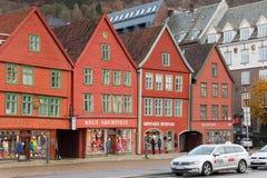 Traditionella norska röda trähus arkivbild