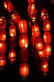 Traditionella orientaliska kinesiska lyktor som h?nger p? ett tr?d abstrakt bakgrund royaltyfri foto