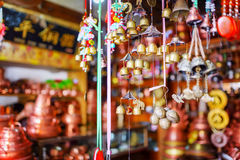 Traditionella orientaliska kinesiska vindchimes på souvenir shoppar Arkivfoto