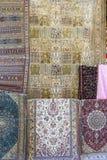 Traditionella orientaliska mattor i marknaden i Jerusalem Arkivfoton