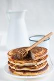 Traditionella pannkakor med honung Arkivfoton