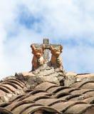Traditionella peruanska tjurar Toritos de Pucara på ett tak Royaltyfria Bilder