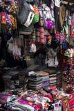 Traditionella peruanska tyger på marknaden Royaltyfri Bild