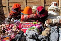 Traditionella quechua färgrika textil och hattar royaltyfri bild