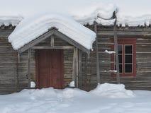 Traditionella röda dörr- och fönsterramar Fotografering för Bildbyråer