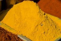 Traditionella röda och gula kryddor i Indien royaltyfri bild