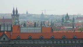 Traditionella röda tak och tornspiror av gotiska kyrkor i gammal europeisk stad i solig sommardag arkivfilmer