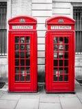 Traditionella röda telefonbås i London, England Arkivfoto