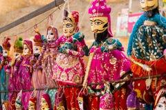 Traditionella Rajasthani indiska dockor som räcker från en vägg Royaltyfria Foton