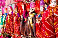 Traditionella Rajasthani indiska dockor som räcker från en vägg Royaltyfri Fotografi