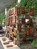 Traditionella religiösa symboler som målas på trä Arkivbilder