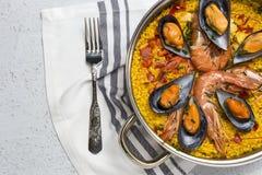 Traditionella ris i paella med fisken och kött Royaltyfria Foton