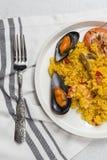 Traditionella ris i paella med fisken och kött Royaltyfri Foto