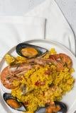 Traditionella ris i paella med fisken och kött Arkivbild