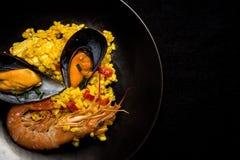 Traditionella ris i paella med fisken och kött Royaltyfri Bild