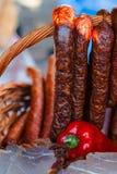 Traditionella romanian korvar i en vide- korg Royaltyfri Fotografi