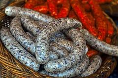 Traditionella romanian korvar i en vide- korg Royaltyfri Foto